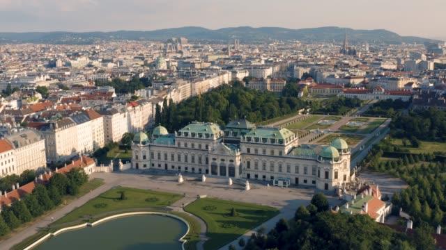 vídeos y material grabado en eventos de stock de vista aérea del palacio belvedere - austria