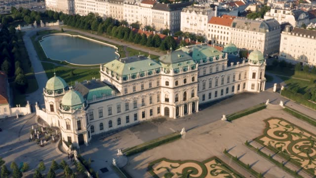 vídeos de stock, filmes e b-roll de vista aérea do palácio do belvedere - áustria