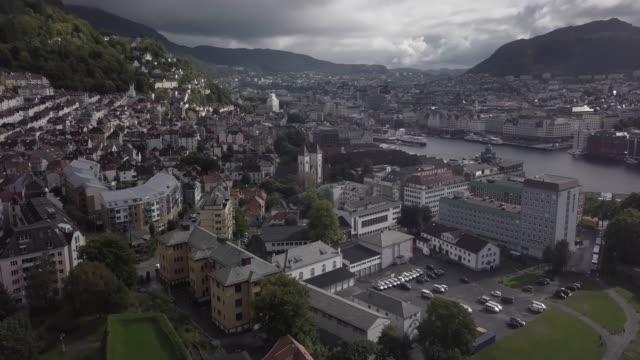 vídeos y material grabado en eventos de stock de vista aérea de 4k de la ciudad de bergen noruega marina barcos y edificios con las montañas - bergen