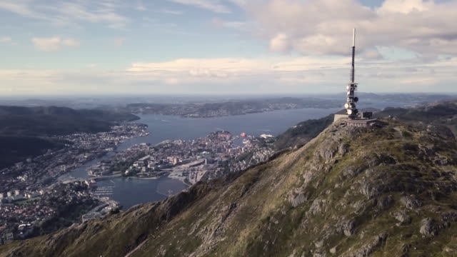 vídeos y material grabado en eventos de stock de vista aérea de 4k de la ciudad de bergen noruega con pico de la montaña y la antena - bergen