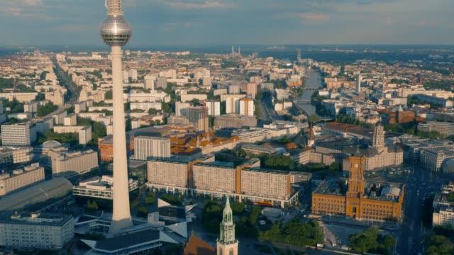 vídeos y material grabado en eventos de stock de vista aérea de la torre de televisión de berlín - berlín