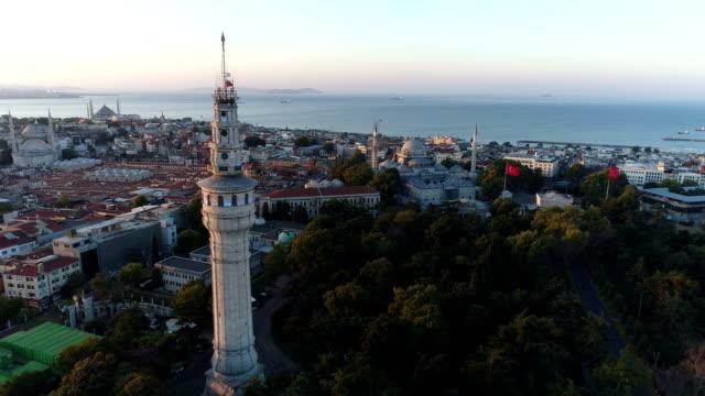 vídeos y material grabado en eventos de stock de vista aérea de la torre beyazit y la península histórica de estambul al amanecer - distrito eminonu
