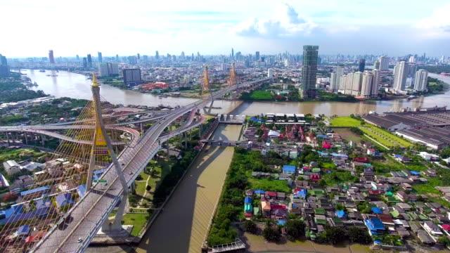 flygfoto över bhumibol bridge och trafiken i bangkok, thailand - flod vatten brygga bildbanksvideor och videomaterial från bakom kulisserna