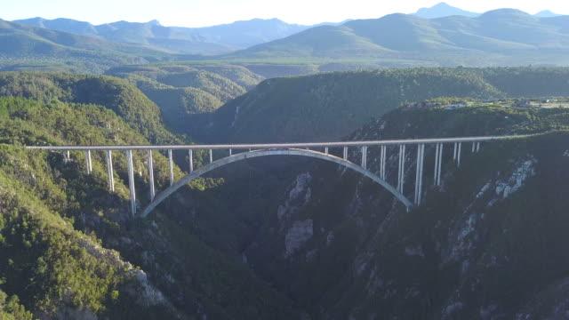 vídeos de stock e filmes b-roll de aerial view of big bridge over a valley - ponte