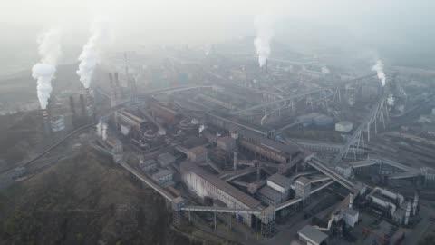 vidéos et rushes de vue aérienne de la grande usine en chine. sujet de la pollution - chinois
