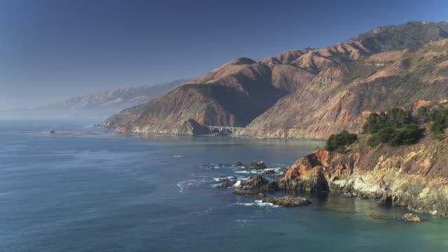 vídeos de stock e filmes b-roll de aerial view of big sur with big creek bridge - montanha costeira
