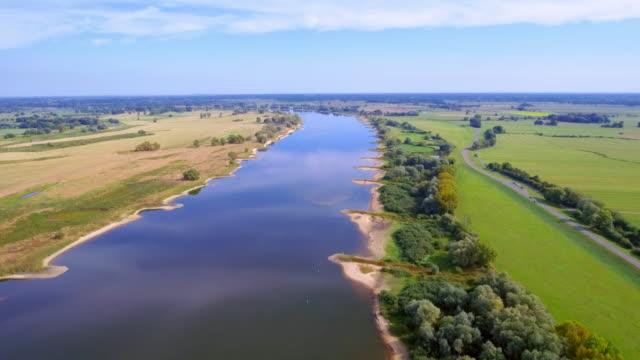 """stockvideo's en b-roll-footage met luchtfoto van biosphere reserve """"niedersächsische elbtalaue"""" en de rivier de elbe in de duitse deelstaat nedersaksen, en maakt deel - rivieroever"""