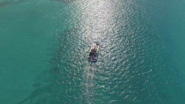 stockvideo's en b-roll-footage met luchtfoto van de boot in grace bay, providenciales, turks-en caicoseilanden - grace bay