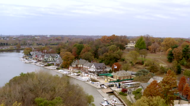 luftaufnahme der boathouse row am schulkyll river in philadelphia, pennsylvania - rudern stock-videos und b-roll-filmmaterial