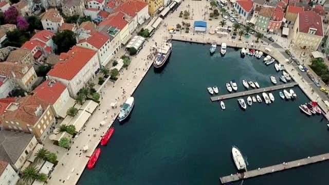 vídeos y material grabado en eventos de stock de vista aérea de los barcos en la bahía de mali losinj, croacia. - anclado