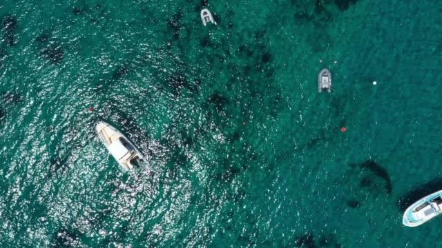 widok z lotu ptaka na łodzie w morzu, grecja - morze egejskie filmów i materiałów b-roll