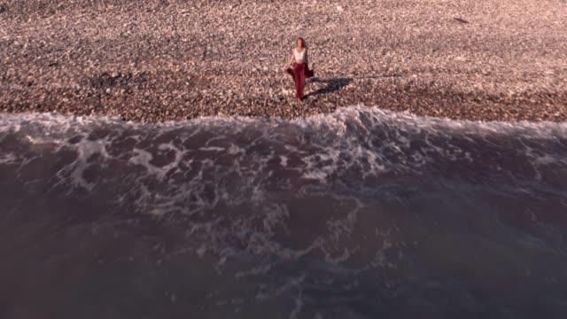 vídeos de stock, filmes e b-roll de vista aérea da garota boho relaxante na praia da ilha - boho