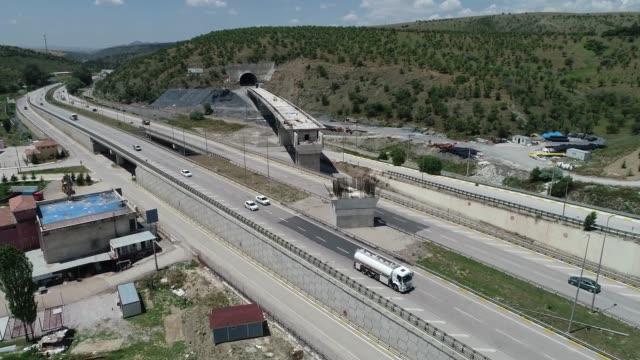 luftaufnahme des brücken- und tunnelbaus über die autobahn für hochgeschwindigkeitszüge - infrastrukturstudie für hochgeschwindigkeitszüge zwischen sivas und der provinz ankara - türkei ankara-sivas/türkei 20.06.2019 - ankara türkei stock-videos und b-roll-filmmaterial