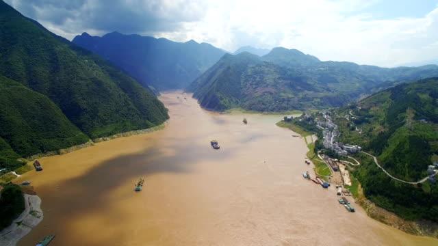 vídeos y material grabado en eventos de stock de vista aérea del puente en el río yangtsé, badong,hubei, china. - río yangtsé