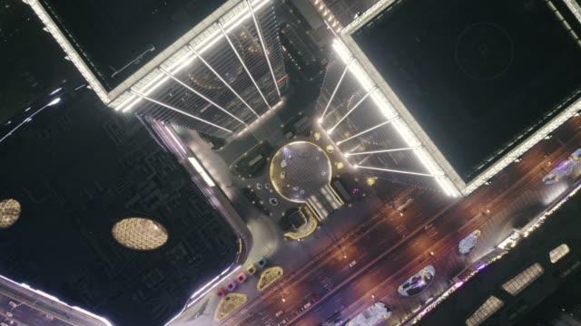 vídeos de stock, filmes e b-roll de vista aérea de prédios e estrada - distante
