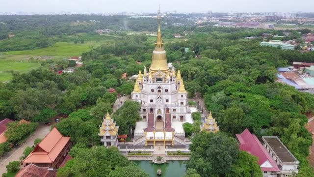 luftaufnahme von buu lange pagode in ho-chi-minh-stadt. ein schöner buddhistischer tempel versteckt in ho-chi-minh-stadt in vietnam - pagode stock-videos und b-roll-filmmaterial
