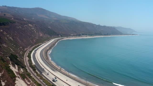 vídeos de stock e filmes b-roll de aerial view of california beach coastline in santa barbara - estrada 001