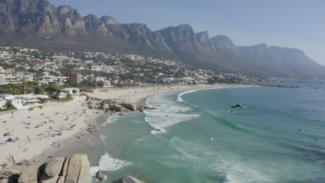 vidéos et rushes de vue aérienne 4k de camps bay beach avec les 12 montagnes d'apôtres à l'arrière-plan, le cap, afrique du sud - littoral