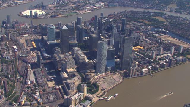 英国ロンドンのカナリーワーフの航空写真。4k - ヘリコプター点の映像素材/bロール
