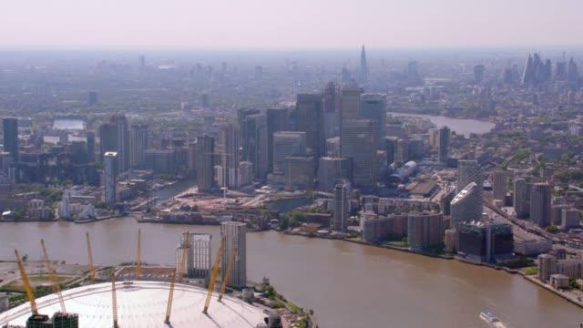 canary wharf, londra, i̇ngiltere'de hava görünümünü. 4k - kubbe stok videoları ve detay görüntü çekimi