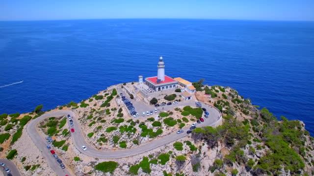 vídeos de stock e filmes b-roll de aerial view of cap de formentor - lighthouse and the famous cliffs of balearic islands majorca / spain - torre estrutura construída