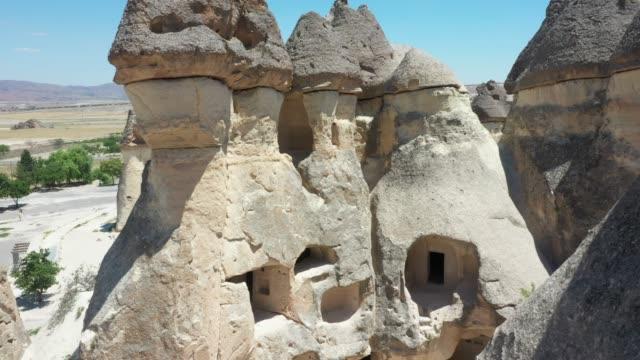 vídeos de stock, filmes e b-roll de vista aérea de cappadocia, turquia - país área geográfica