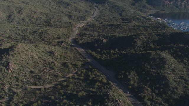 迷信山、アメリカのアリゾナ州の砂漠の道路を車の空撮 - オコティロサボテン点の映像素材/bロール