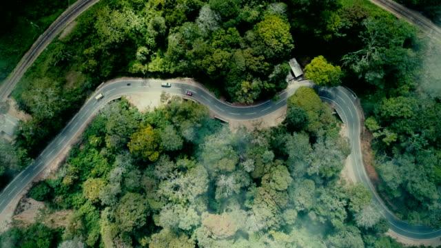 vídeos de stock e filmes b-roll de aerial view of  cars on the road among tea plantations - sri lanka
