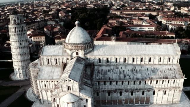 aerial view of cathedral and leaning tower of pisa - pisa kulesi stok videoları ve detay görüntü çekimi
