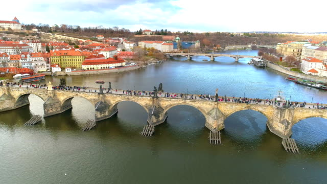 vidéos et rushes de vue aérienne du pont charles à prague - prague