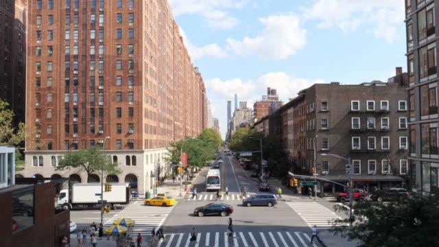 vídeos y material grabado en eventos de stock de vista aérea de la calle del barrio de chelsea con tráfico en la calle abajo en nueva york, manhattan, nyc - avenida