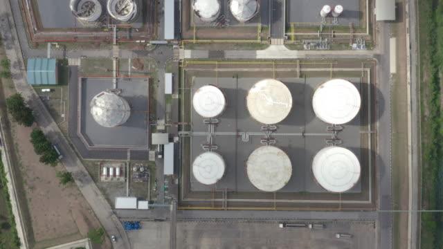 vídeos y material grabado en eventos de stock de vista aérea del tanque de almacenamiento de la industria química y camión cisterna en espera en la planta industrial para transferir petróleo a la gasolinera. - imperfección