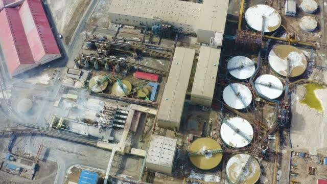 vídeos de stock e filmes b-roll de aerial view of chemical plant - cisterna água parada