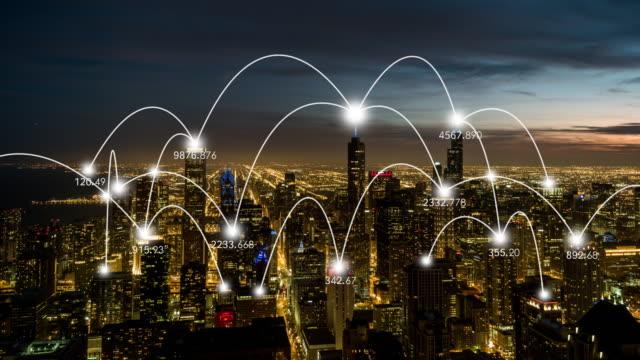 t/l ws antenne blick auf skyline von chicago und kommunikationstechnik der stadt, von morgens bis abends - smart city stock-videos und b-roll-filmmaterial