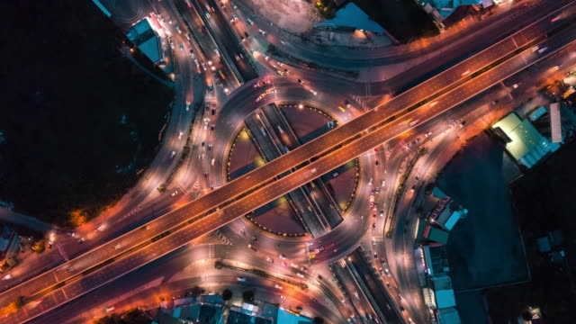 vidéos et rushes de vue aérienne de la circulation de cercle dans la ville la nuit, hyper lapse - rond point