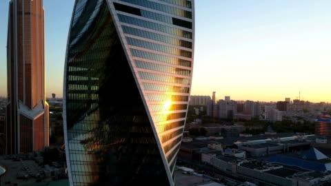 vidéos et rushes de vue aérienne de la ville et bureau des immeubles commerciaux - en verre