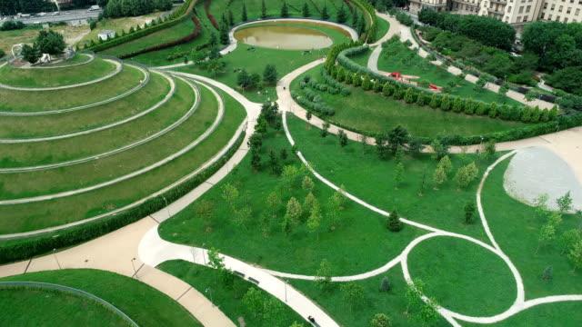 vídeos de stock e filmes b-roll de aerial view of city and park 4k - green city