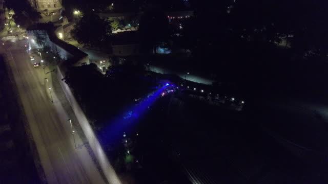 vídeos de stock e filmes b-roll de aerial view of city at night - bar local de entretenimento