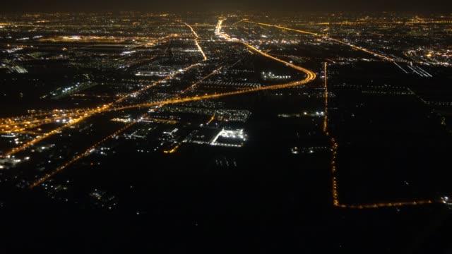 空中鳥瞰城市夜間當飛機在天空飛行 - 航拍 個影片檔及 b 捲影像