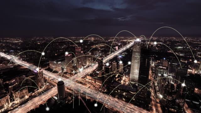 t/l ws aerial view städtenetzwerk und skyline, von tag zu nacht übergang - smart city stock-videos und b-roll-filmmaterial