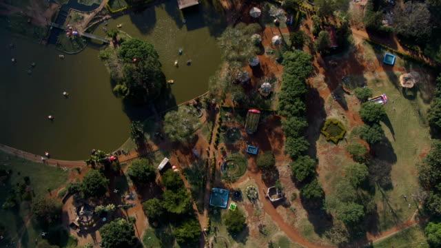 vídeos de stock e filmes b-roll de aerial view of city park in nairobi in africa - quénia