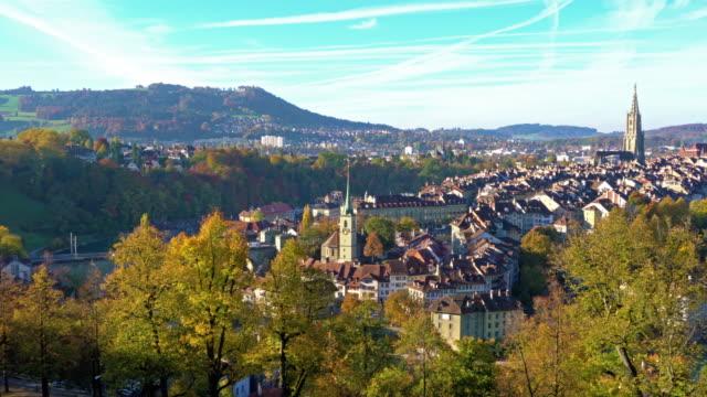 Luftaufnahme der Stadt mit der gotischen Kathedrale Münster, Bern, Schweiz – Video