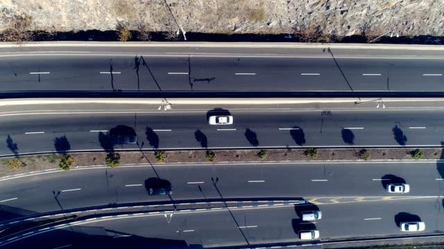 stockvideo's en b-roll-footage met luchtfoto van stadsgezicht kromme wegen met auto 's - stadsweg