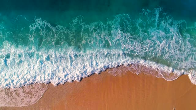 vídeos de stock e filmes b-roll de aerial view of clear turquoise sea and waves - beira d'água