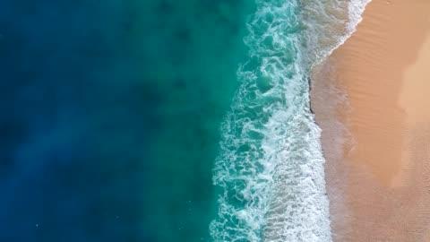 stockvideo's en b-roll-footage met luchtfoto van helder turquoise zee en golven - 4k resolutie
