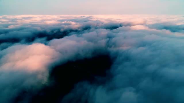 雲と空の空撮 - 都市 モノクロ点の映像素材/bロール