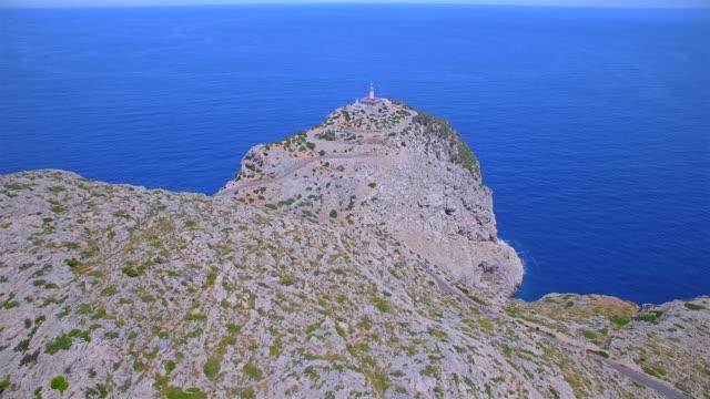 灯台 - キャップ ・ デ ・ フォーメントーとバレアレス諸島マヨルカ島の有名な崖の海岸線空撮/スペイン - 崖点の映像素材/bロール