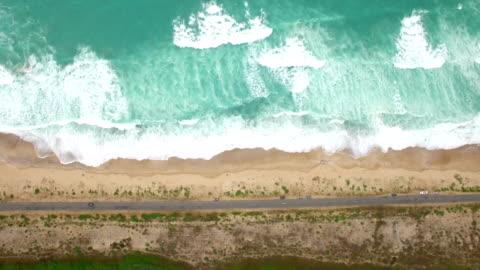 4k vista aerea della costa - costa caratteristica costiera video stock e b–roll