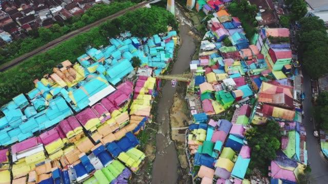 ジャワ州マランのカラフルな虹の村の航空写真 - street graffiti点の映像素材/bロール