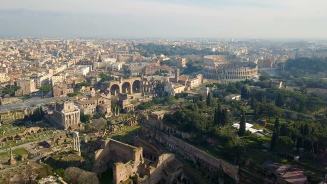 vidéos et rushes de vue aérienne des ruines romaines de colosseum et ancinet - rome